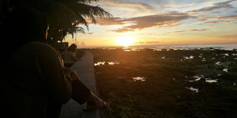 Menikmati senja di Pantai Carita, Pandeglang, Banten pasca tragedi tsunami, Senin (11/2/2019).