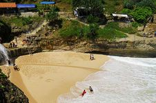 Menjelajah Banyu Tibo, Pantai dengan Air Terjun Tepi Laut di Pacitan