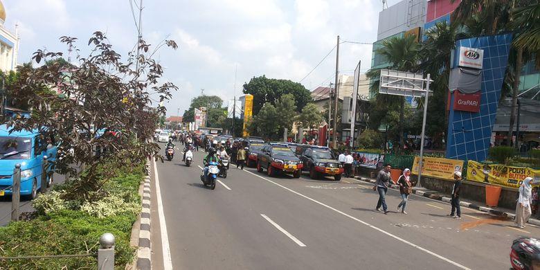 Ruas Jalan Margonda depan ITC Depok yang kembali dibuka untuk lalu lintas kendaraan, Senin (3/7/2017). Sebelumnya ruas jalan ditutup setelah ditemukannya benda mencurigakan depan ITC.