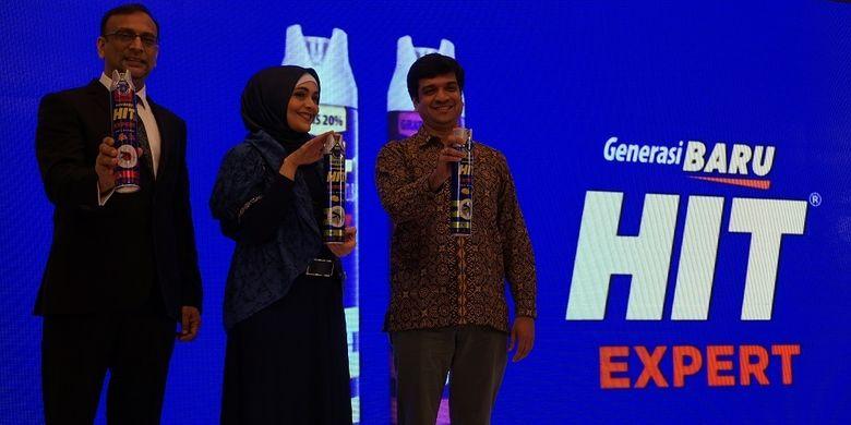 Dari kiri ke kanan: Akhil Chandra (Presdir Godrej Indonesia), Lula Kamal (brand ambassador) dan Puneet Kusumbia (Direktur Marketing Godrej Indonesia) berpose pada saat peluncuran HIT Expert.