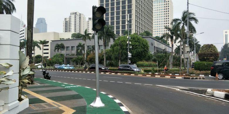 Jalur sepeda di trotoar Jalan Asia Afrika, tepatnya di luar gerbang kompleks Gelora Bung Karno (GBK), terhalang tiang lampu lalu lintas. Foto diambil Selasa (31/7/2018).