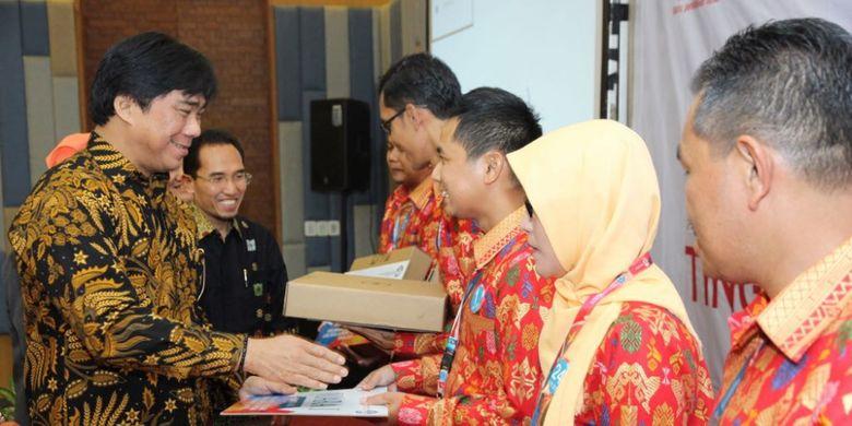 Sekretaris Ditjen GTK sekaligus Plt. Direktur Pembinaan Guru Pendidikan Dasar, Muhammad Qudrat Wisnu Aji memberikan penghargaan kepada beberapa guru yang berhasil memenangkan lomba inovasi pembelajaran (Inobel) yang berlangsung dario 17 - 21 September 2018 di Bali.