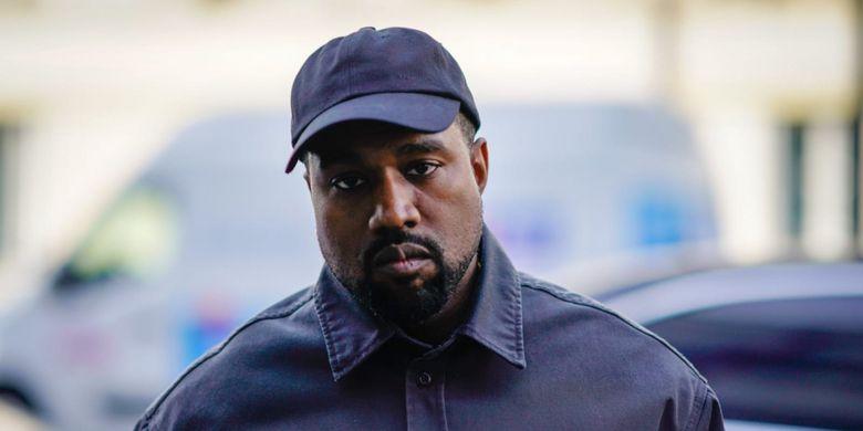 Pendiri Yeezy, Kanye West Terlihat Pakai Sneakers Under Armour