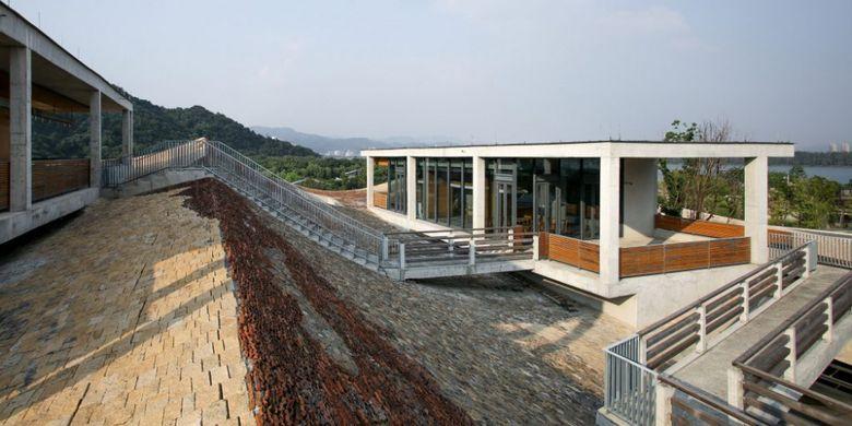 Dari atas atap, pengunjung dapat menikmati pemandangan pegunungan yang subur.