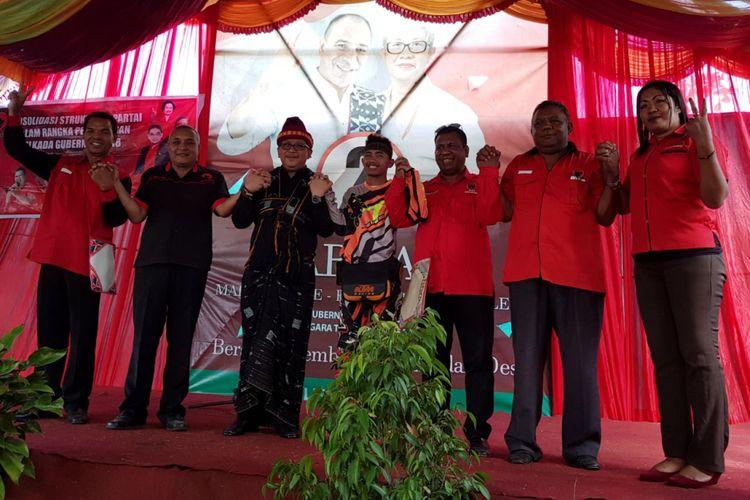 Sekjen PDI Perjuangan, Hasto Kristiyanto dan putra sulung calon Gubernur NTT Marianus Sae, bersama sejumlah pengurus PDIP, saat kampanye di Bajawa, Kabupaten Ngada, Kamis (31/5/2018).