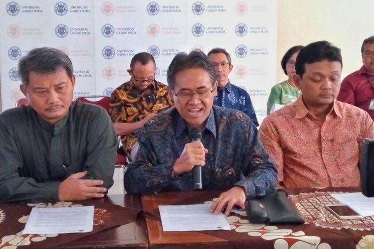 Rektor UGM Panut Mulyono (tengah) saat membacakan pesan Persatuan dan Perdamaian dari UGM didampingi Dekan  Fakultas Hukum UGM Sigit Riyanto (kanan) dan Rimawan Pradiptyo Dosen Fakultas Ekonomika dan Bisnis (kiri). Pesan ini disampaikan di Balairung UGM, Jumat (24/05/2019)