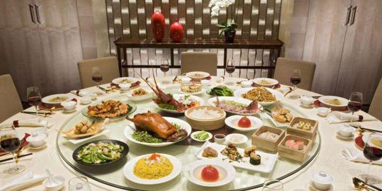 Lazy Susan papan atau kaca putar di bagian tengah yang lazim ditemui di meja makan restoran China.