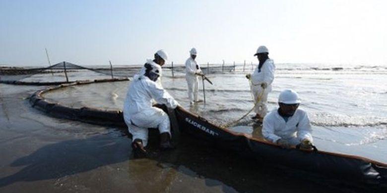 Tim Oil Spill Combat Team (OSCT) menarik Oil Boom SL 25 untuk dipasang di beberapa titik strategis di Pantai Sedari, Karawang, Jawa Barat, Kamis (01/08).
