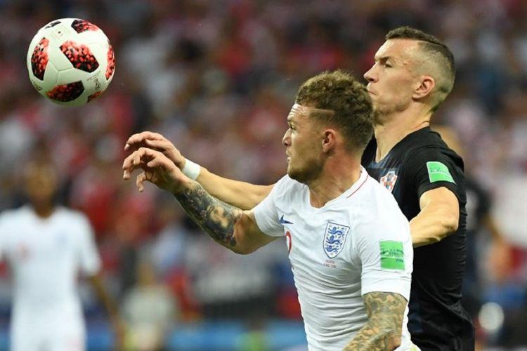 Kieran Tripper berebut bola dengan Ivan Perisic dalam pertandingan Kroasia vs Inggris pada babak semifinal Piala Dunia 2018 di Stadion Luzhniki, 11 Juli 2019.