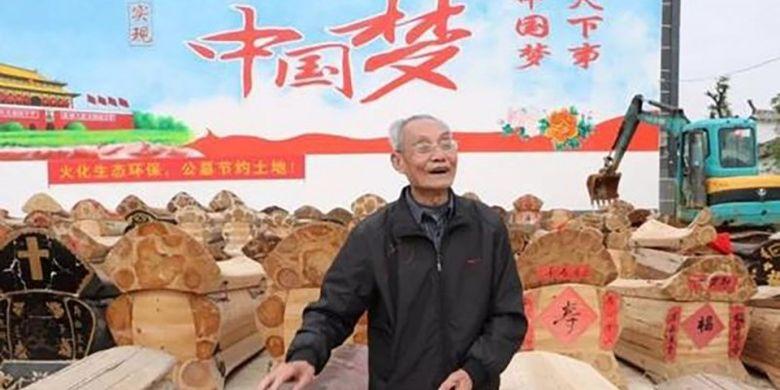 Seorang pria menunjukkan deretan peti mati yang bakal dihancurkan untuk dijadikan bahan bakar.