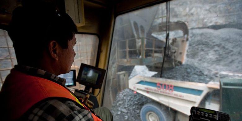 Salah seorang pekerja di PT Freeport Indonesia (PTFI) sedang mengendarai kendaraan khusus tambang di tambang Gresberg, Papua.