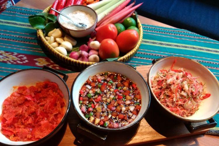 Sambal plecing, sambal colo colo, dan sambal matah dalam workshop membuat sambal di restoran KAUM, Jakarta.