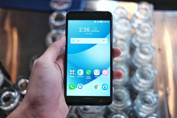 Asus Zenfone 4 Max Pro dalam genggaman.