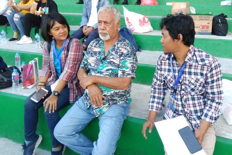 Mantan Presiden Timor Leste Xanana Gusmao (tengah), saat menyaksikan tim Timor Leste U-16 bertanding di Stadion Gelora Joko Samudro, Gresik.