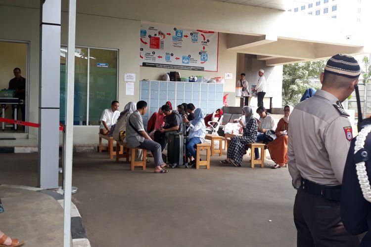 Sejumlah keluarga tahanan menjenguk keluarganya yang di Rutan KPK Jakarta, Jumat (15/6/2018).