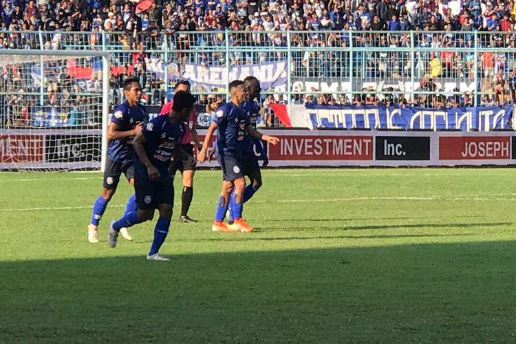 Para pemain Arema FC merayakan gol ke gawang Persebaya Surabaya pada lanjutan pekan ke-14 Liga 1 2019, di Stadion Kanjuruhan, Kabupaten Malang, Kamis (15/8/2019).