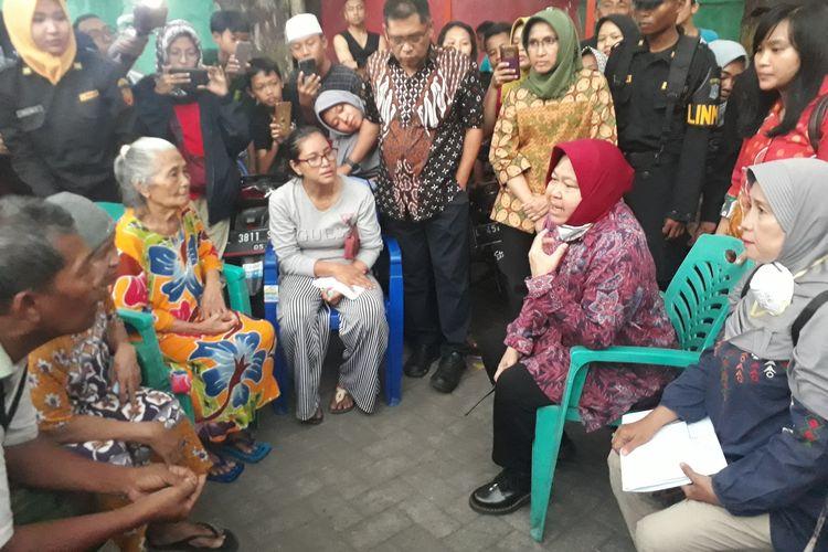 Wali Kota Surabaya Tri Rismaharini berbincang dengan warga korban kebakaran di tempat pengungsian semwntara Kampung Ilmu, Jalan Semarang, Surabaya, Rabu (10/7/2019).