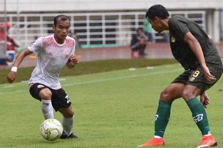 Riko Simanjuntak (kiri) saat membela Persija Jakarta melawan Tira-Persikabo pada laga leg pertama babak 16 besar Piala Indonesia di Stadion Pakansari, Minggu (17/02/2019).