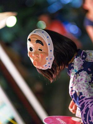 Beberapa orang Jepang akan mengenakan topeng festival saat berjalan-jalan di area festival.