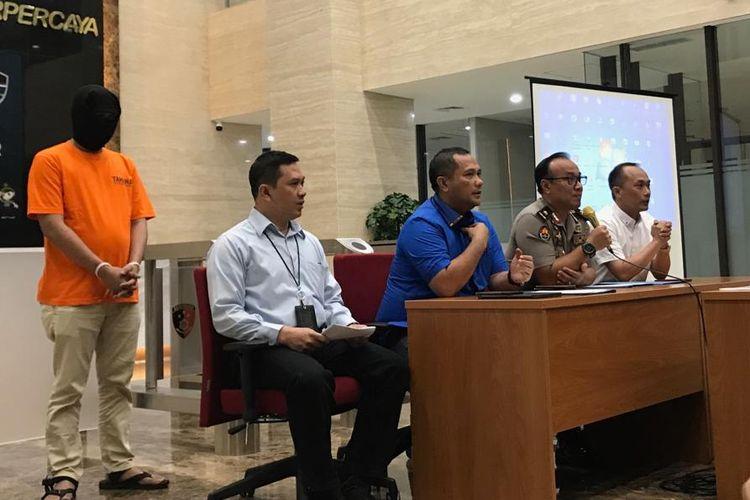 Wadir Tipidsiber Bareskrim Polri, Kombes Asep Safrudin (ketiga dari kanan) saat konferensi pers di Gedung Bareskrim Polri, Jakarta Selatan, Kamis (15/8/2019).