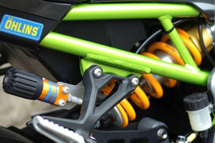 Shock breaker belakang Ohlins TTX yang digunakan di Kawasaki Z900 milik Agung Budhy Hambaka.