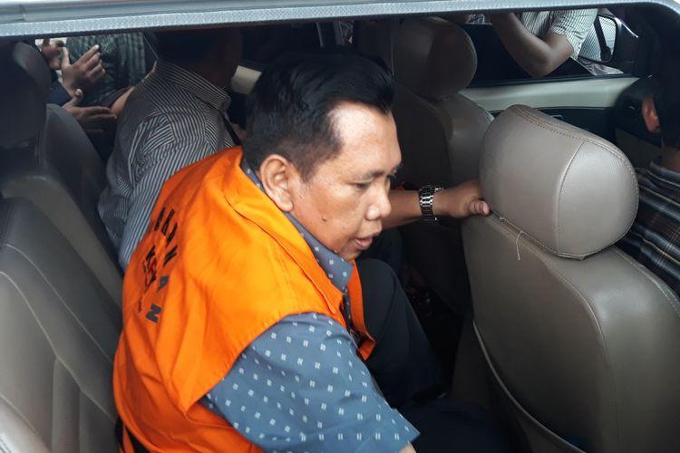 Komisi Pemberantasan Korupsi (KPK) menahan Kepala Dinas Perkebunan Provinsi Jawa Timur M Samsul Arifien. Samsul ditahan setelah menjalani pemeriksaan di Gedung KPK Jakarta, Selasa (10/7/2018).