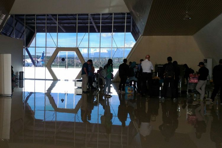 Penumpang pesawat mengambil bagasi di terminal kedatangan Bandara Sultan Muhammad Kaharuddin III Sumbawa, Nusa Tenggara Barat, Senin (19/2/2018)