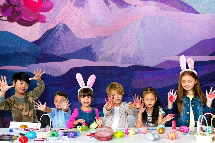 Ilustrasi anak-anak mendekorasi telur Paskah.