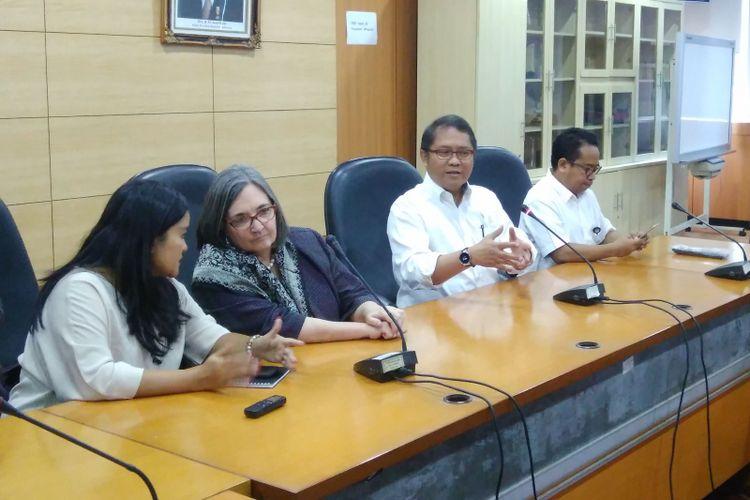 Menteri Komunikasi dan Informatika Rudiantara (kemeja putih) dan Direktur, Kebijakan Publik, dan Hubungan Pemerintahan Google Asia Pasifik Ann Lavin (dua dari Kiri), di Jakarta, Jumat (4/8/2017).