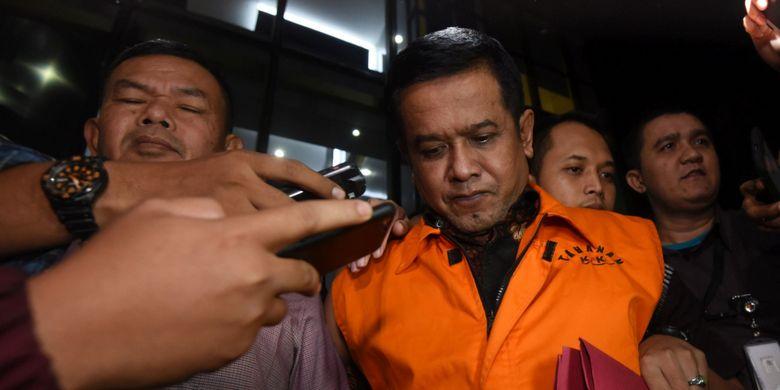 Bupati Nganjuk yang terjaring operasi tangkap tangan (OTT) KPK Taufiqurrahman (kanan) mengenakan rompi tahanan usai menjalani pemeriksaan di Jakarta, Kamis (26/10). KPK menetapkan lima orang tersangka serta menyita barang bukti uang sebesar Rp298 juta yang diduga sebagai uang suap jual beli jabatan di Kabupaten Nganjuk. ANTARA FOTO/Akbar Nugroho Gumay/wsj/17.