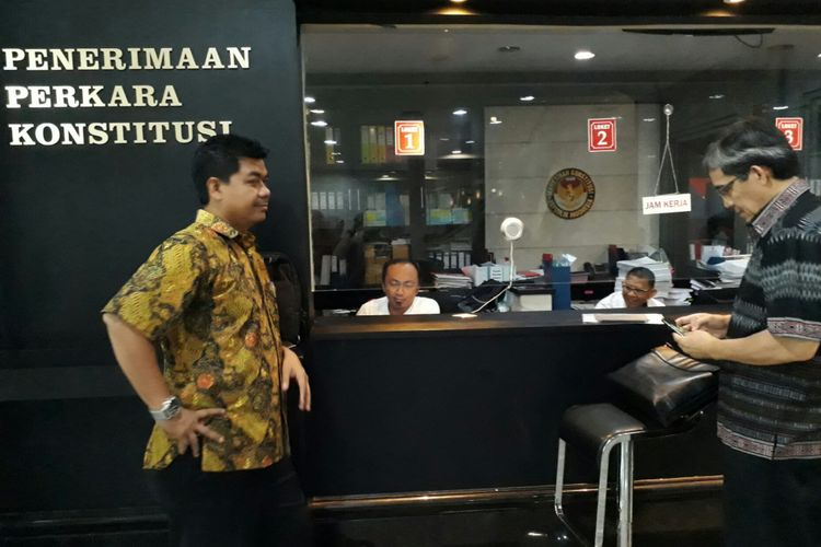 Mantan Ketua KPU Juri Ardiantoro (kiri) dan Mantan Komisioner KPU RI, Hadar Nafis Gumay (kanan) di dalam gedung Mahkamah Konstitusi, Kamis (22/6/2017)