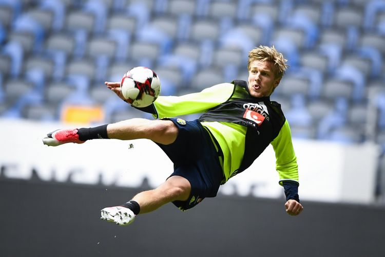 Gelandang asal Swedia, Emil Forsberg, beraksi dalam sesi latihan timnas negaranya menjelang pertandingan kualifikasi Piala Dunia 2018 melawan Perancis di Solna, 8 Juni 2017.