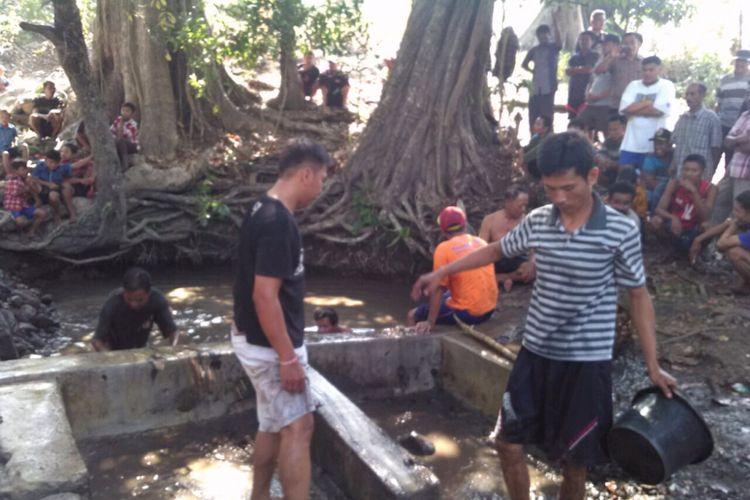 Warga Desa Penadaran, Kecamatan Gubug, Kabupaten Grobogan, Jawa Tengah menggelar tradisi Kuras Sendang, Minggu (13/8/2017). Mereka secara beramai-ramai menguras atau membersihkan satu-satunya sendang yang menjadi sumber air warga setempat.