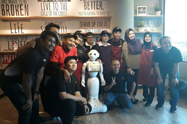 Pepper, robot humanoid yang diuji coba Mastercard dan SoftBank Robotics untuk membantu mencatat pesanan di Pizza Hut Safra Punggol, Singapura, Rabu (14/3/2018).