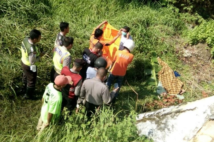 Evakuasi jasad mantan TKI di belakang Stadion R Soenarto Pamekasan.