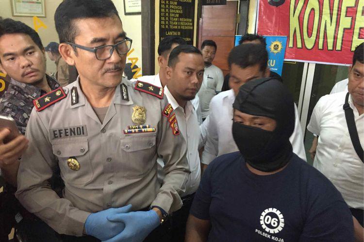 Seorang sopir mikrolet M30 trayek Tanjung Priok-Pulo Gadung bernama Erlangga diamankan polisi atas dugaan percobaan pencurian dengan kekerasan terhadap korban bernama Asih Sukarsih di jalur buswaya Jalan Yos Sudarso, Koja, Jakarta Utara, Sabtu (23/6/2018).  Kejadian itu mengakibatkan Asih meninggal dunia karena melompat dari mikrolet untuk menghindari pada pelaku, Senin (25/6/2018).