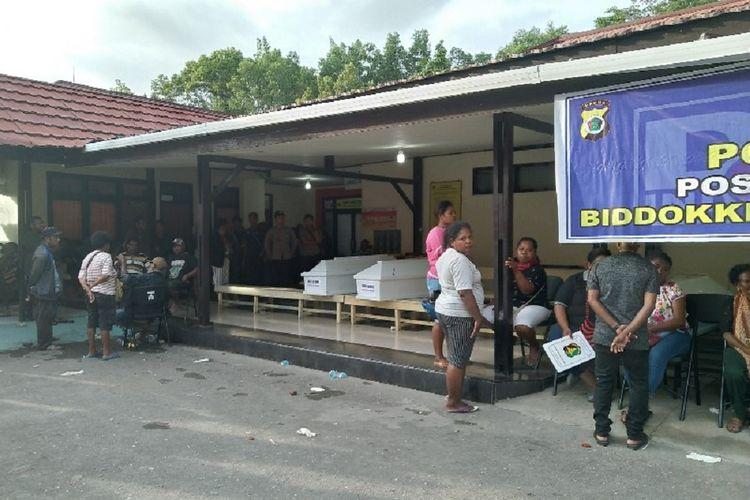 Keluarga korban banjir bandang di Distrik Sentani, Kabupaten Jayapura, Papua, terus berdatangan ke RS Bhayangkara di Distrik Abepura, Kota Jayapura, Minggu (17/3/2019), untuk mencari kepastian nasib anggota keluarga mereka yang diinformasikan turut terseret banjir.