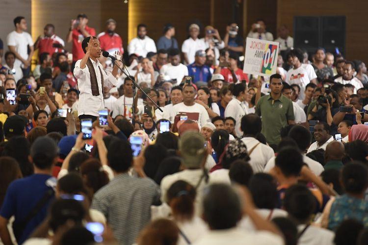 Calon Presiden petahana Joko Widodo (tengah) menyampaikan orasi pada kampanye terbuka di Aimas Convention Center, Sorong, Papua Barat, Senin (1/4/2019). Jokowi menargetkan kemenangan sebesar 80 persen di Papua Barat pada Pemilu Presiden 17 April mendatang. ANTARA FOTO/Puspa Perwitasari/foc.