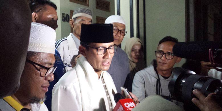 Cawapres nomor urut 01, Sandiaga Salahudin Uno menyampaikan komentarnya kepada wartawan di Cianjur, Jawa Barat, Kamis (11/04/2019) malam terkait temuan surat suara yang sudah tercoblos 01 di Selangor Malaysia