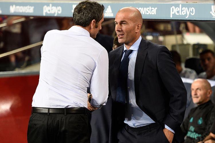Pelatih Barcelona, Ernesto Valverde (kiri), berbicara dengan pelatih Real Madrid, Zinedine Zidane, sebelum pertandingan leg pertama Piala Super Spanyol di Camp Nou, Barcelona, Minggu (13/8/2017).
