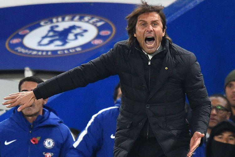 Reaksi manajer Chelsea, Antonio Conte, ketika melihat penampilan pasukannya melawan Manchester United dalam pertandingan Premier League di Stamford Bridge, London, Minggu (5/11/2017).