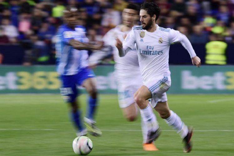Gelandang Real Madrid, Isco, mencoba melakukan akselerasi menembus pertahanan Malaga pada pertandingan Liga Spanyol di Stadion La Rosaleda, Minggu (15/4/2018).