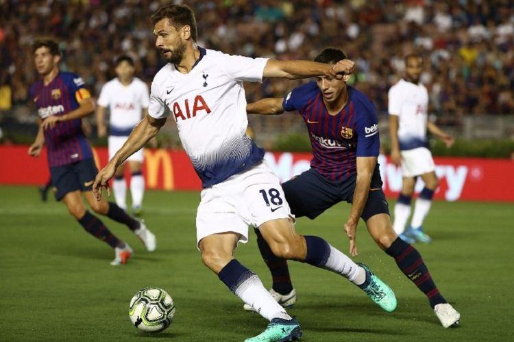 Penyerang Tottenham Hotspur, Fernando Llorente, mencoba melewati penjagaan pemain Barcelona pada laga ICC 2018 di Stadion Rose Bowl, Pasadena, 28 Juli 2018.
