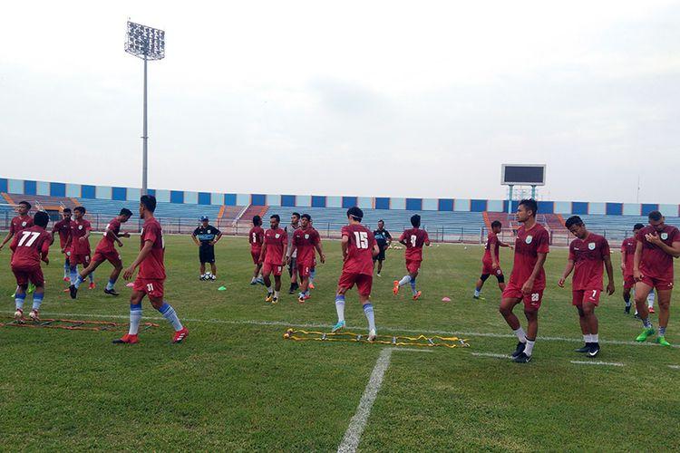 Para pemain Persela Lamongan saat berlatih di Stadion Surajaya, Lamongan.