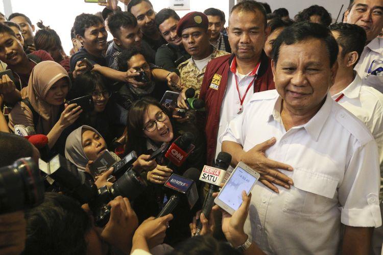 Ketua Umum Partai Gerindra Prabowo Subianto (kanan) memberi keterangan pada wartawan saat menghadiri acara Rapat Kerja Nasional Bidang Advokasi dan Hukum DPP Gerindra di Jakarta, Kamis (5/4). Dalam acara yang diselenggarakan secara tertutup tersebut Prabowo akan memberikan arahan dan pidato politiknya kepada seluruh kader Partai Gerindra yang hadir. ANTARA FOTO/Muhammad Adimaja/foc/18.
