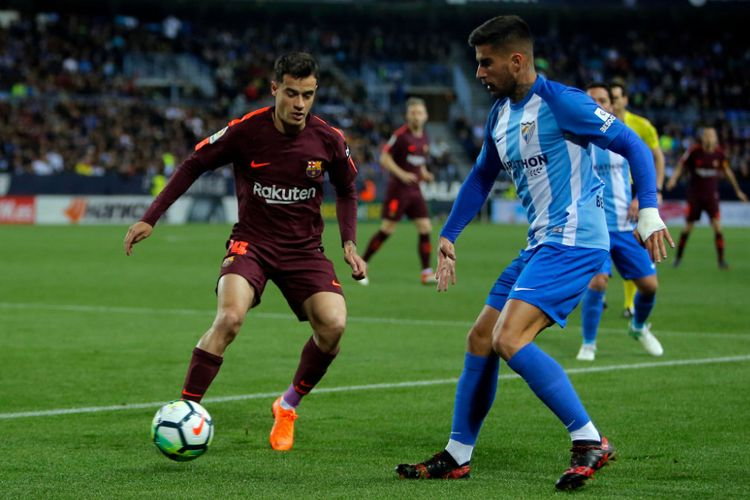 Philippe Coutinho dikawal ketat Samu Garcia saat Barcelona melawat ke markas Malaga, Stadion La Rosaleda, pada pertandingan pekan ke-30 Divisi Primera La Liga Spanyol, Sabtu (10/3/2018).