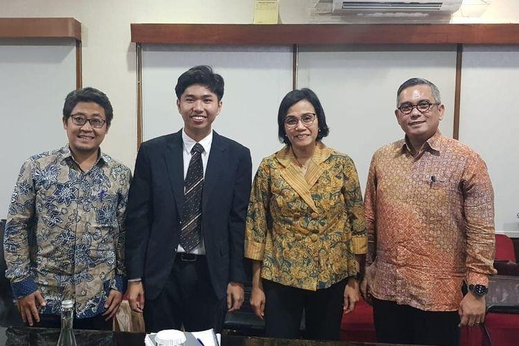 Foto bersama Prima Raka, Sri Mulyani, dan dosen penguji lainnya seusai sidang, Selasa (18/6/2019).