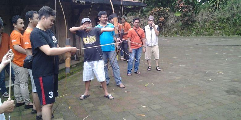 Outbound panahan di Desa Wisata Kampoeng Djowo Sekatul di Kendal, Jawa Tengah, Minggu (4/2/2018).