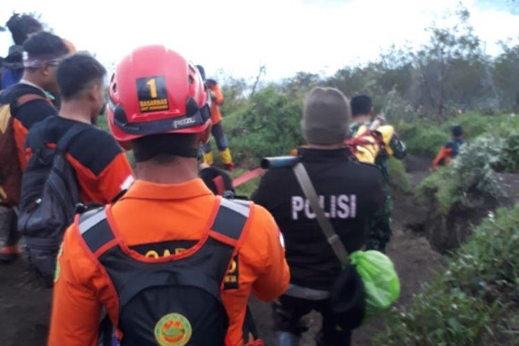 Proses evakuasi pendaki Gunung Sumbing yang menderita Hipotermia oleh Tim SAR Gabungan Wonosobo, Sabtu (6/4/2019) sore.