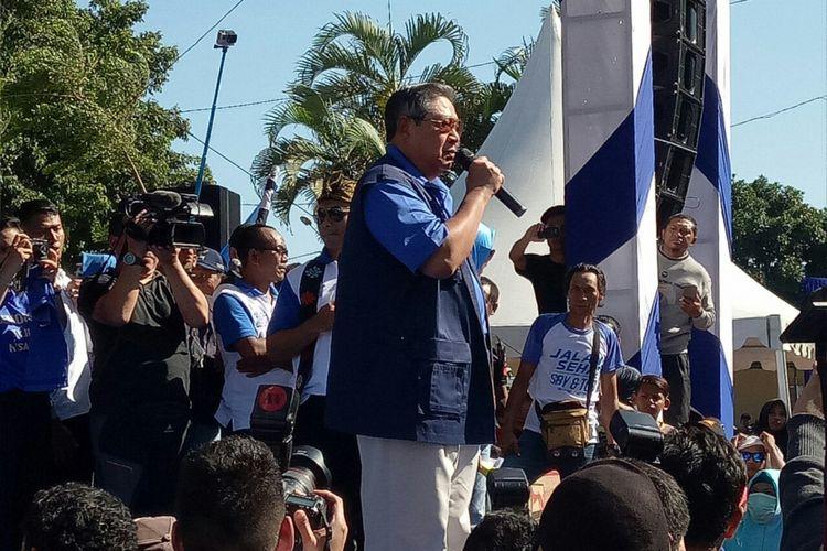 SBY berpidato soal hoaks yang sempat menimpanya di Pilkada DKI. Pidato tersebut ia sampaikan seusai menandatangani petisi antihoaks di depan Lapangan Bumigora, Mataram, NTB, Minggu (7/5/2017).